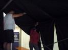 Platz reinigen und Zelt schmücken